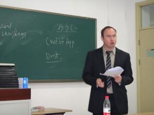 Impartiendo Clases en la Escuela de Derecho de Beijing - China.